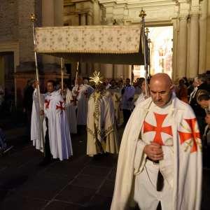 Templiers Catholique à Corpus Christi en 2016 à Parme sur E.T. Mgr. Enrico Solmi, évêque du diocèse de Parme