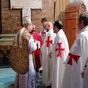 Templiers Catholiques avec S.E. Mons. Card. Pietro Parolin participe à la Sainte Messe pour la fête des apôtres Philippe et Jacques le mineur dans la Basilique de «Santi XII Apostoli» à Rome.